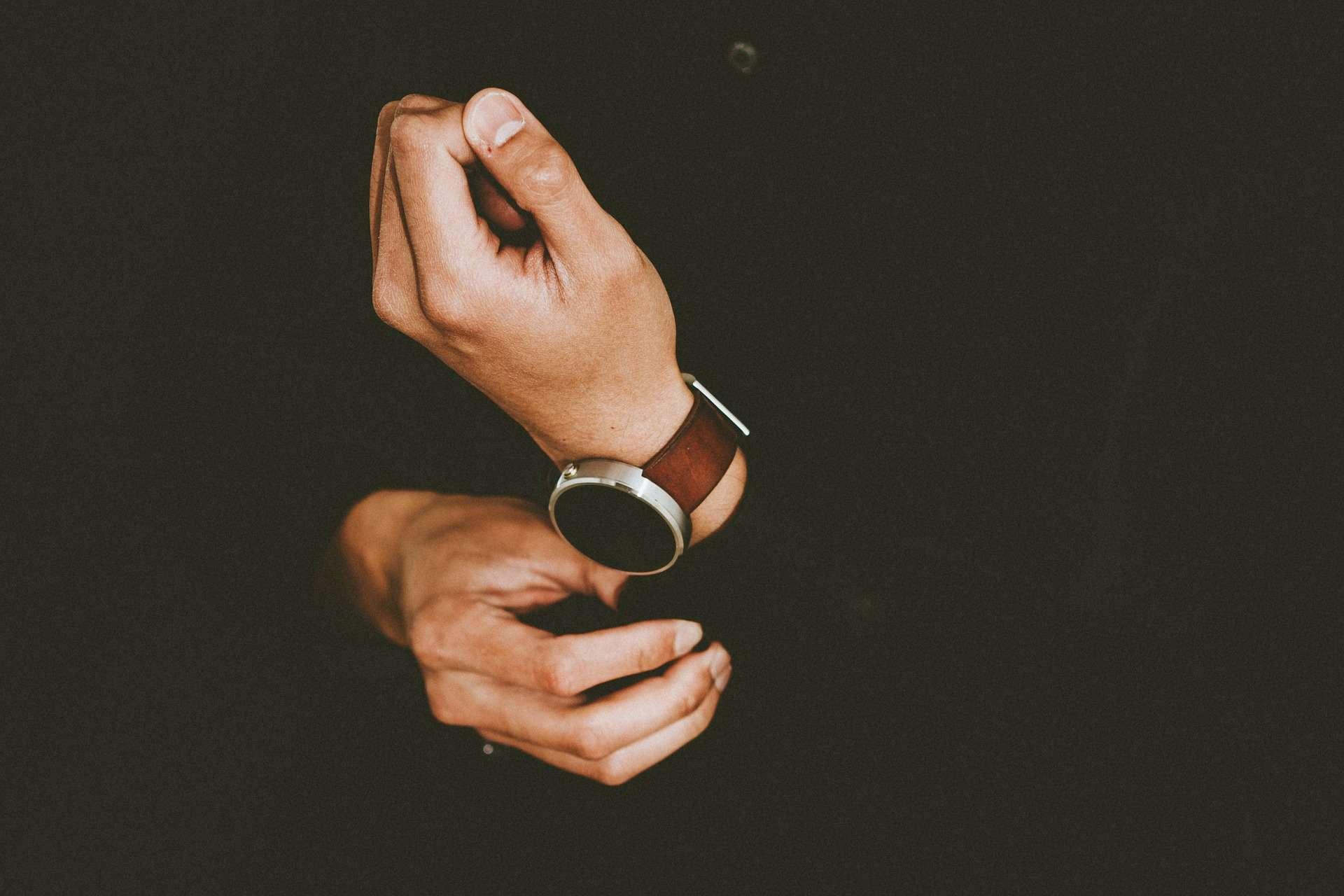 """Изображението показва ръцете на бизнесмен във връзка с темата """"Как да си убедителен без да си манипулативен"""""""