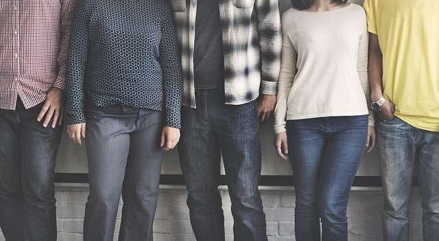 """Изображението показва език на тялото на хора намиращи се един до друг във връзка с темата на статията """"Как да разбереш, кой не те харесва"""""""