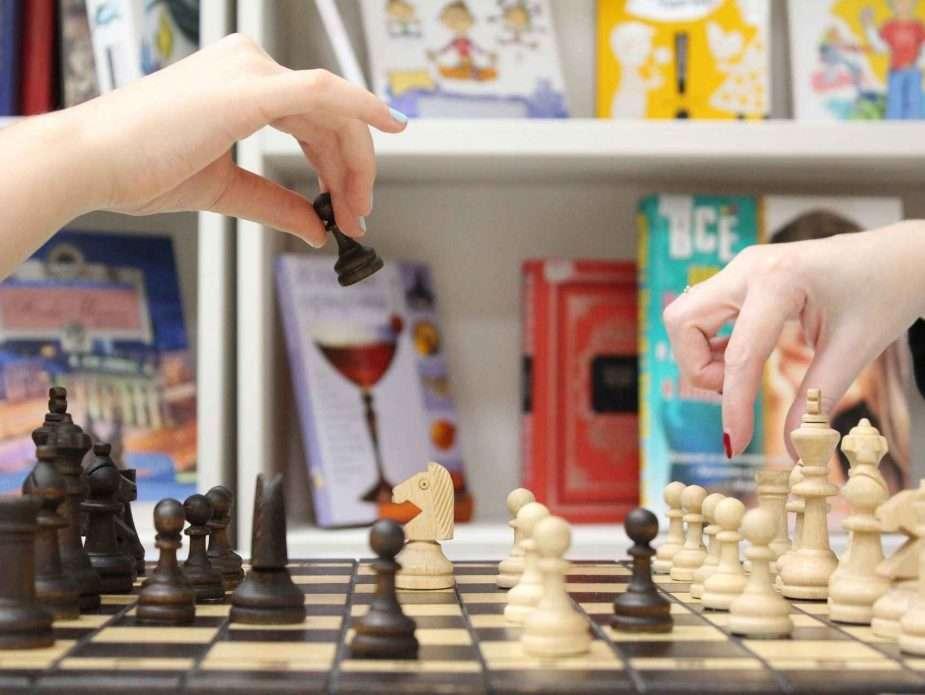 двама души играят шах