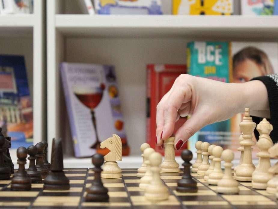 жена мести топ по време на игра на шах