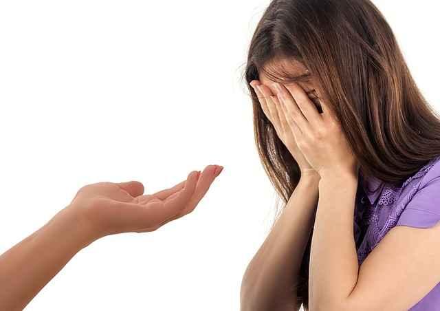 момиче плаче и някой й подава ръка техники за успокоение